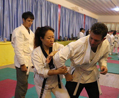 Gao Yu Bing Demonstrates a Technique